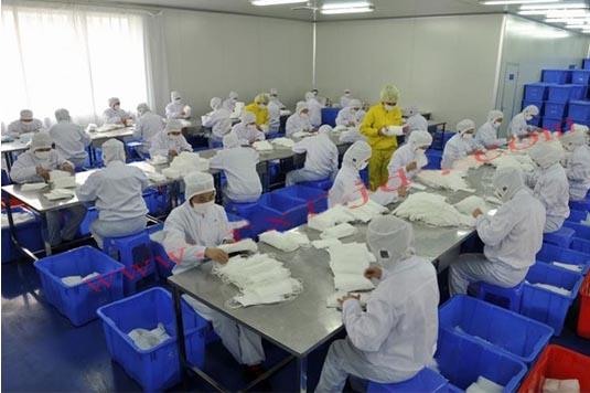 容鑫一次性口罩专业生产厂家,15年生产经验,经过多项权威检测机构认证,出口日本、欧美等三十多个国家,百级无尘车间生产,原材料环保卫生,质量有保障! 市面上很多价格便宜的一次性口罩,都是用再生材料制作而成的,不环保,然后生产环境差,这样的口罩你敢戴吗? 很多客户在询价的时候也会问我们,你们是生产厂家吗、你们是无尘车间吗、可以验厂吗?为了解决广大客户的忧虑,特在此为大家介绍下我们的生产环境以及生产流程! 1、口罩原材料均选用全新环保原材料,环保无污染.