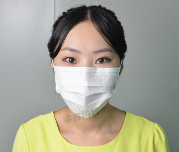 一次性口罩一般采用pp无纺布+熔喷过滤纸+pp无纺布,三层耳挂式,佩戴方便,防尘、防菌、防气味、防雾霾效果好,由于现在的空气质量度越来越差,戴口罩的人越来越多,但我发现很多小伙伴们佩戴口罩都不规范或佩戴错误,无法起到很好的防护效果,下面我为大家介绍下最常见的一次性口罩的正确佩戴方法。  一、分清口罩的正反面与上下方 一次性口罩有白色、蓝色、绿色、黄色、粉色,一般有颜色的我们可以从颜色上区分它的正反面,颜色深的为外面,颜色浅的为内面  颜色深的为外面  颜色浅的为内面 如果是口罩是白色的呢?那我们就从鼻梁条